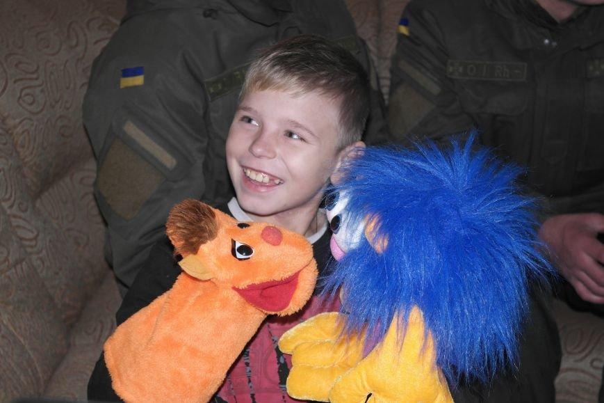От сильных слабым: в Покровске воспитанники «Отчего дома» принимали подарки от военных, фото-15