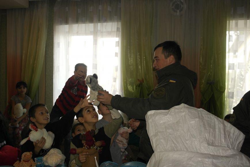 От сильных слабым: в Покровске воспитанники «Отчего дома» принимали подарки от военных, фото-27