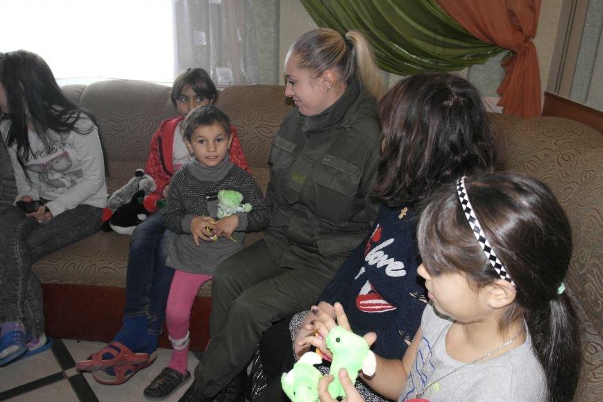От сильных слабым: в Покровске воспитанники «Отчего дома» принимали подарки от военных, фото-6