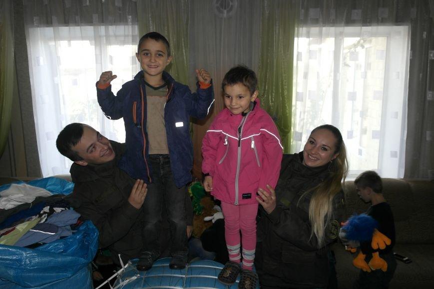 От сильных слабым: в Покровске воспитанники «Отчего дома» принимали подарки от военных, фото-16