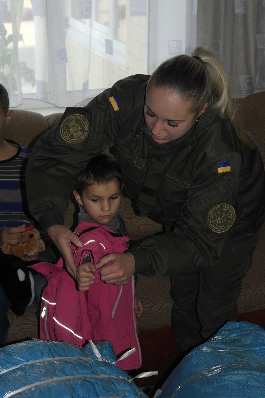 От сильных слабым: в Покровске воспитанники «Отчего дома» принимали подарки от военных, фото-26