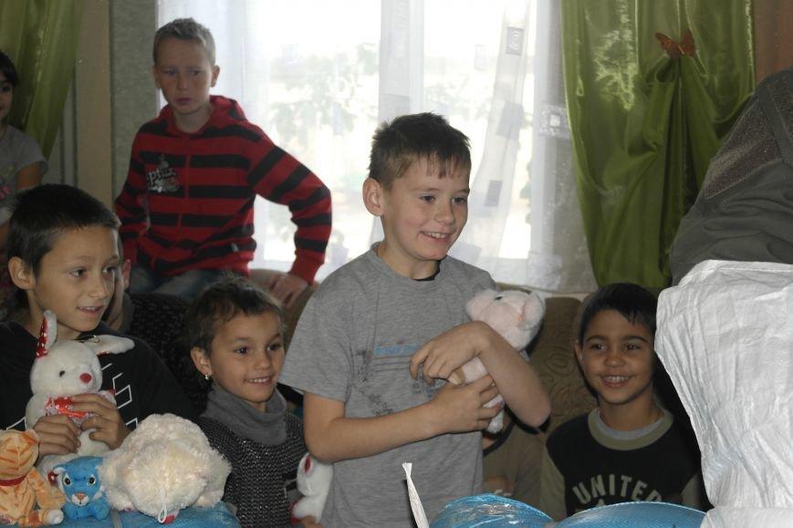 От сильных слабым: в Покровске воспитанники «Отчего дома» принимали подарки от военных, фото-21