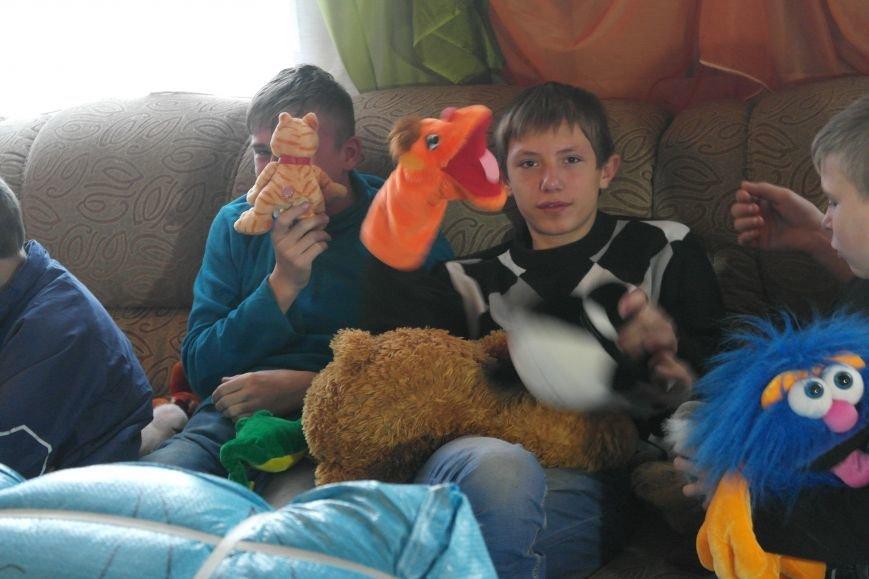 От сильных слабым: в Покровске воспитанники «Отчего дома» принимали подарки от военных, фото-25