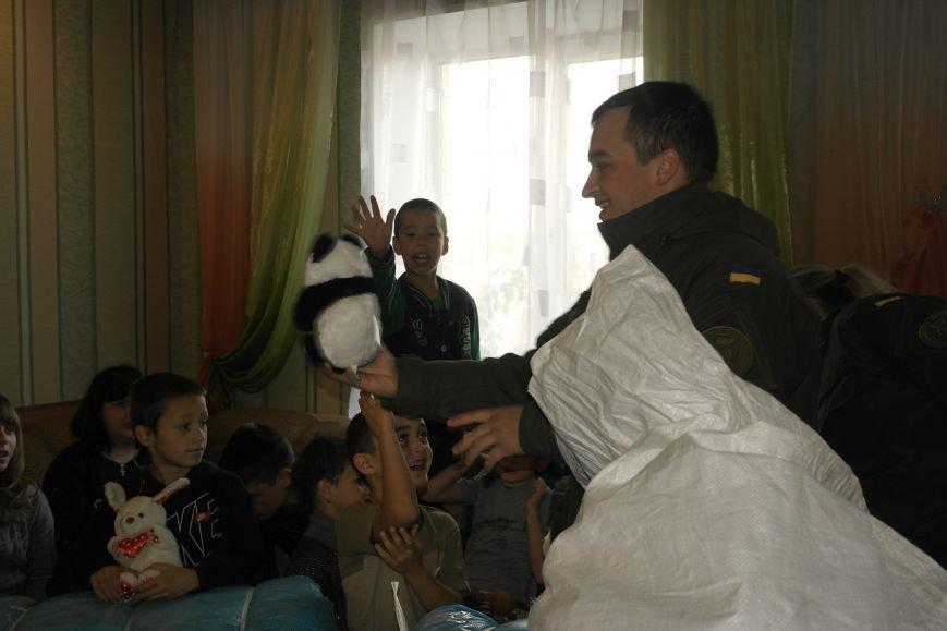 От сильных слабым: в Покровске воспитанники «Отчего дома» принимали подарки от военных, фото-13