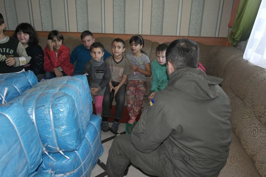 От сильных слабым: в Покровске воспитанники «Отчего дома» принимали подарки от военных, фото-8