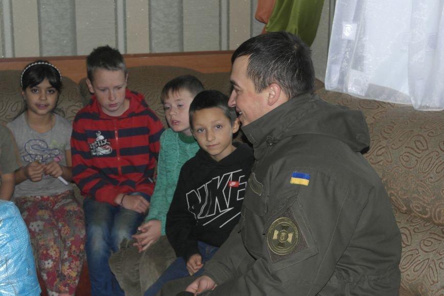 От сильных слабым: в Покровске воспитанники «Отчего дома» принимали подарки от военных, фото-7