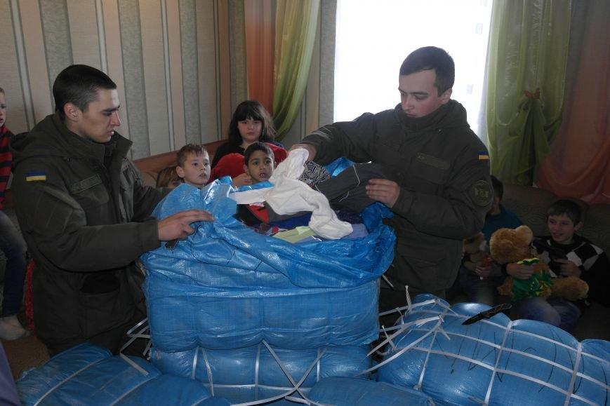 От сильных слабым: в Покровске воспитанники «Отчего дома» принимали подарки от военных, фото-28