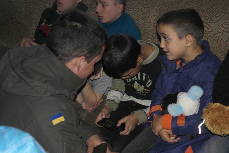 От сильных слабым: в Покровске воспитанники «Отчего дома» принимали подарки от военных, фото-14