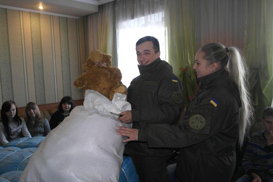От сильных слабым: в Покровске воспитанники «Отчего дома» принимали подарки от военных, фото-10