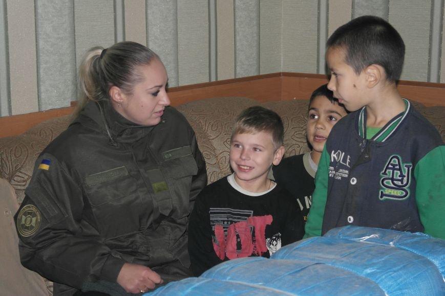 От сильных слабым: в Покровске воспитанники «Отчего дома» принимали подарки от военных, фото-5