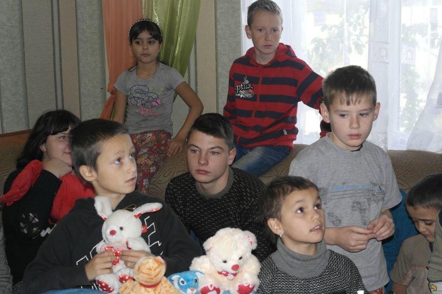 От сильных слабым: в Покровске воспитанники «Отчего дома» принимали подарки от военных, фото-19