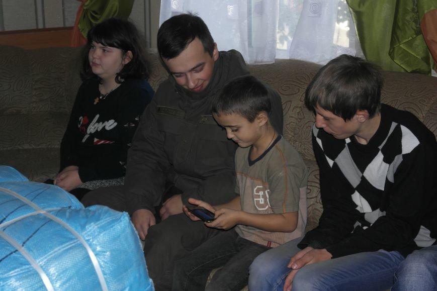 От сильных слабым: в Покровске воспитанники «Отчего дома» принимали подарки от военных, фото-9