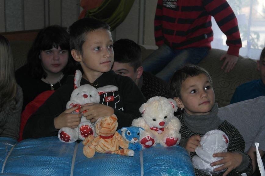 От сильных слабым: в Покровске воспитанники «Отчего дома» принимали подарки от военных, фото-18