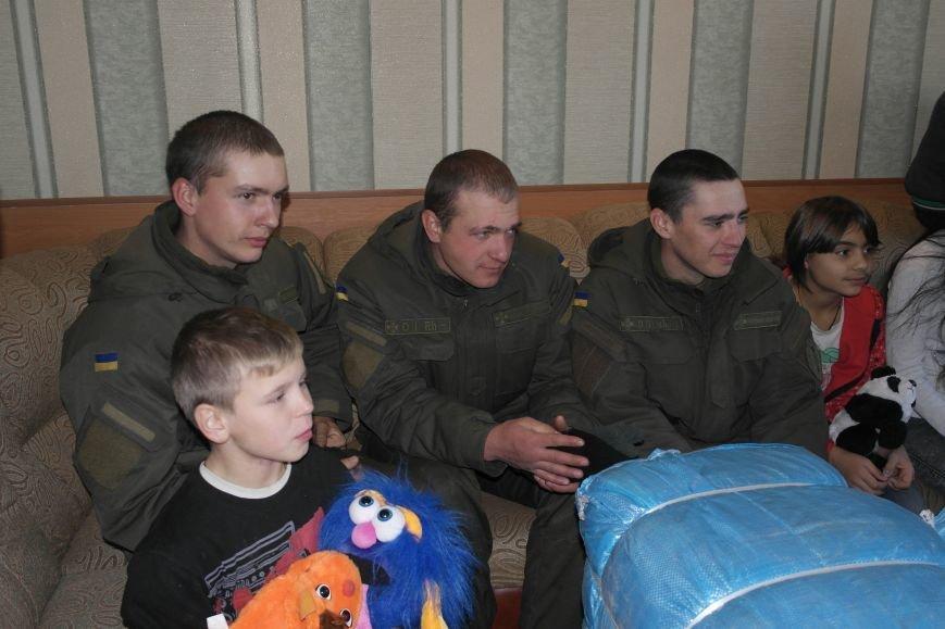 От сильных слабым: в Покровске воспитанники «Отчего дома» принимали подарки от военных, фото-22