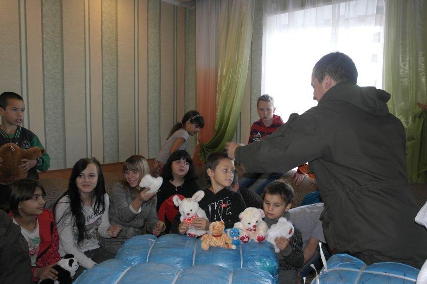 От сильных слабым: в Покровске воспитанники «Отчего дома» принимали подарки от военных, фото-17