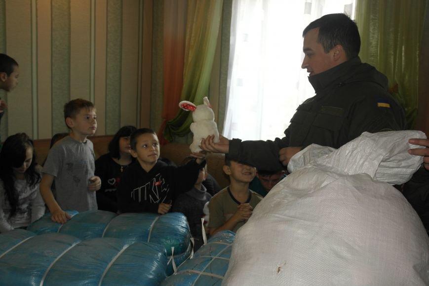 От сильных слабым: в Покровске воспитанники «Отчего дома» принимали подарки от военных, фото-12