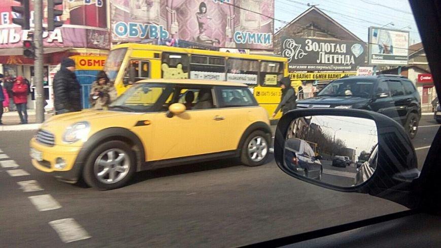 В центре Мариуполя Mini One попал в аварию (Фотофакт), фото-1