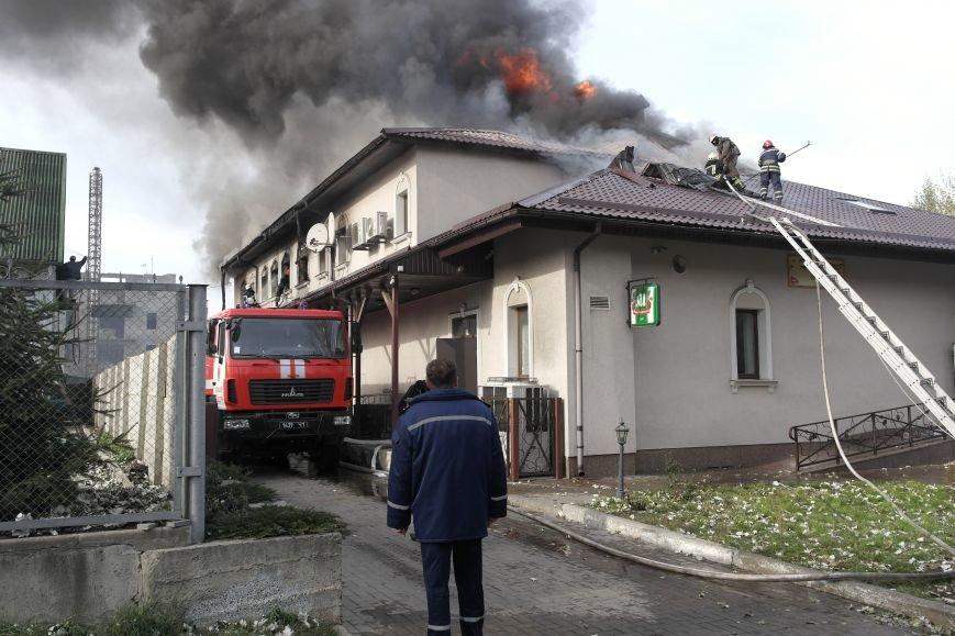 В Покровске пожаром охвачено здание ресторана «Лоза», фото-2