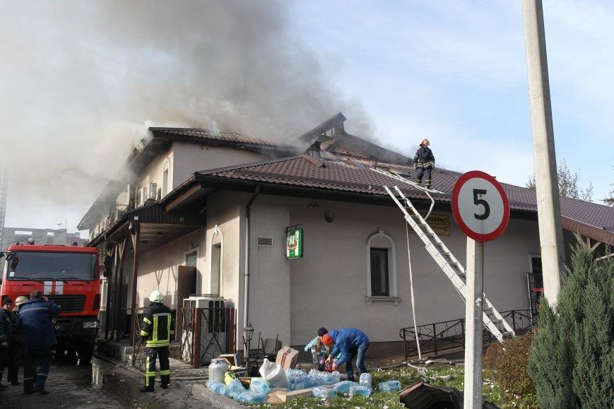 В Покровске пожаром охвачено здание ресторана «Лоза», фото-7