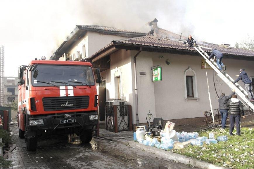 В Покровске пожаром охвачено здание ресторана «Лоза», фото-9