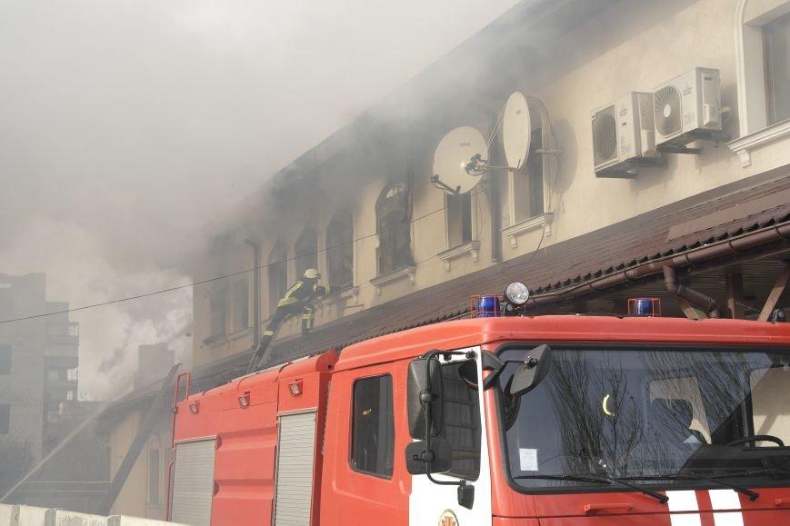 В Покровске пожаром охвачено здание ресторана «Лоза», фото-6