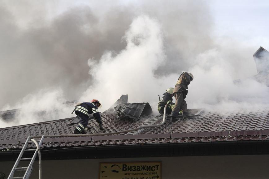 В Покровске пожаром охвачено здание ресторана «Лоза», фото-1