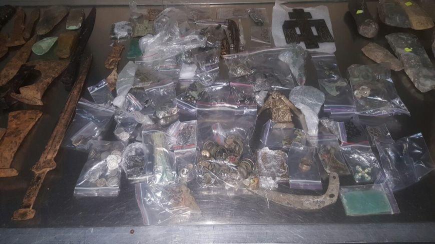 Буковинські митники вилучили протягом доби цигарки та культурні цінності (ФОТО), фото-1