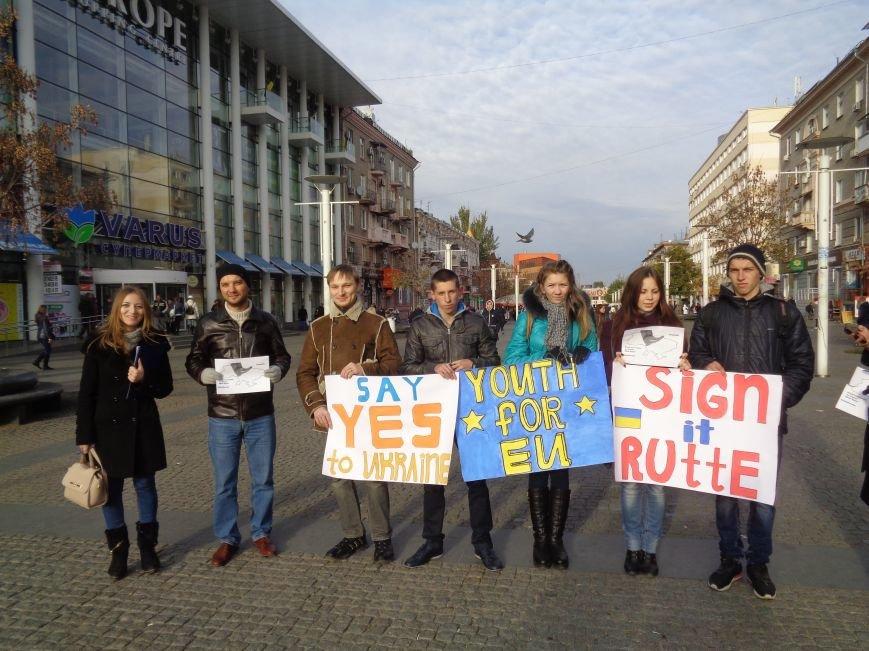 Днепровская молодежь провела акцию в поддержку ассоциации Украины с ЕС (ФОТО, ВИДЕО), фото-3
