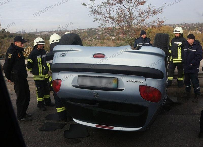 В Запорожье на дамбе перевернулся автомобиль, водитель в больнице - ФОТО, фото-1
