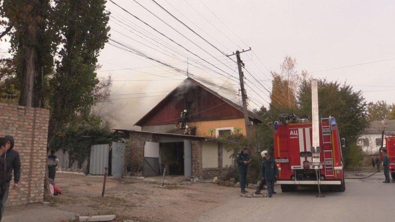 В Симферополе едва не сгорел жилой дом: На месте происшествия работали 29 пожарных (ФОТО, ВИДЕО), фото-1
