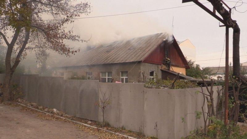 В Симферополе едва не сгорел жилой дом: На месте происшествия работали 29 пожарных (ФОТО, ВИДЕО), фото-2
