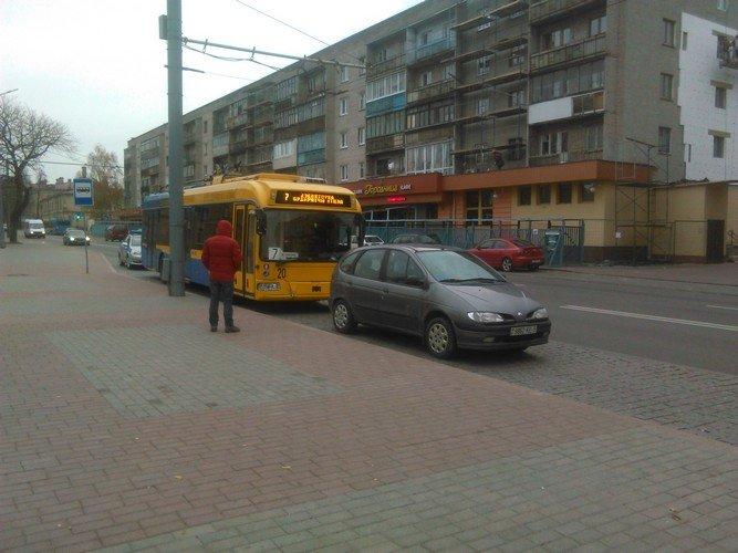 Авария в Гродно: троллейбус не успел затормозить на светофоре и врезался в Рено, фото-1