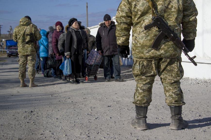 На КПВВ Гнутово образовалась гигантская очередь из желающих уехать в оккупированную Украину (ФОТО, ВИДЕО), фото-2