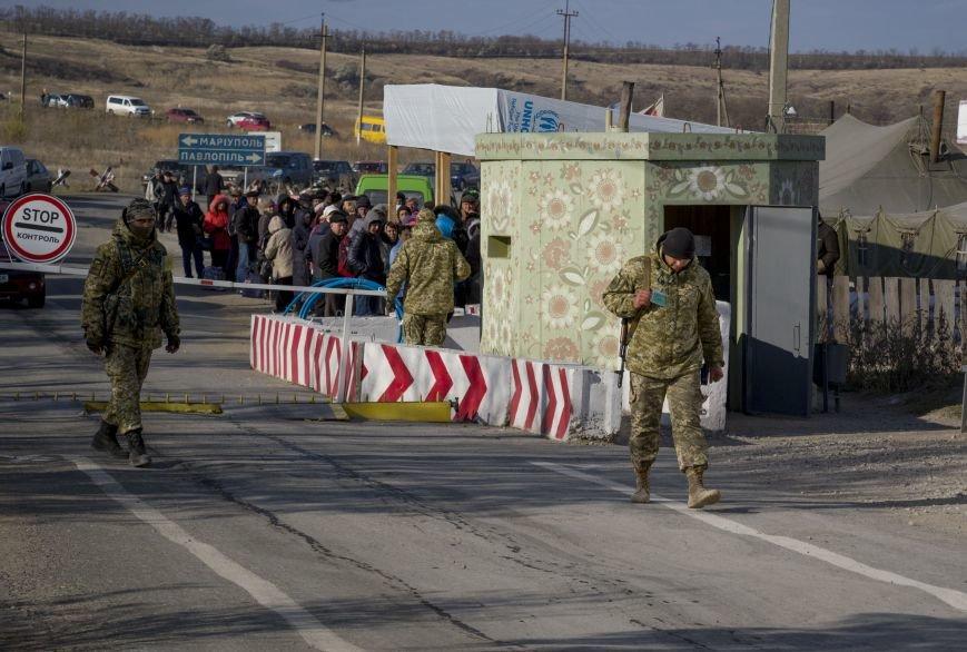 На КПВВ Гнутово образовалась гигантская очередь из желающих уехать в оккупированную Украину (ФОТО, ВИДЕО), фото-1
