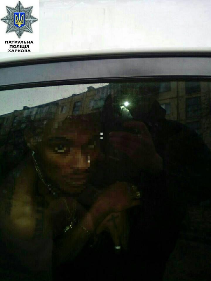"""На проспекте Льва Ландау """"копы"""" задержали голого афроамериканца, который бегал по дороге (ФОТО), фото-1"""