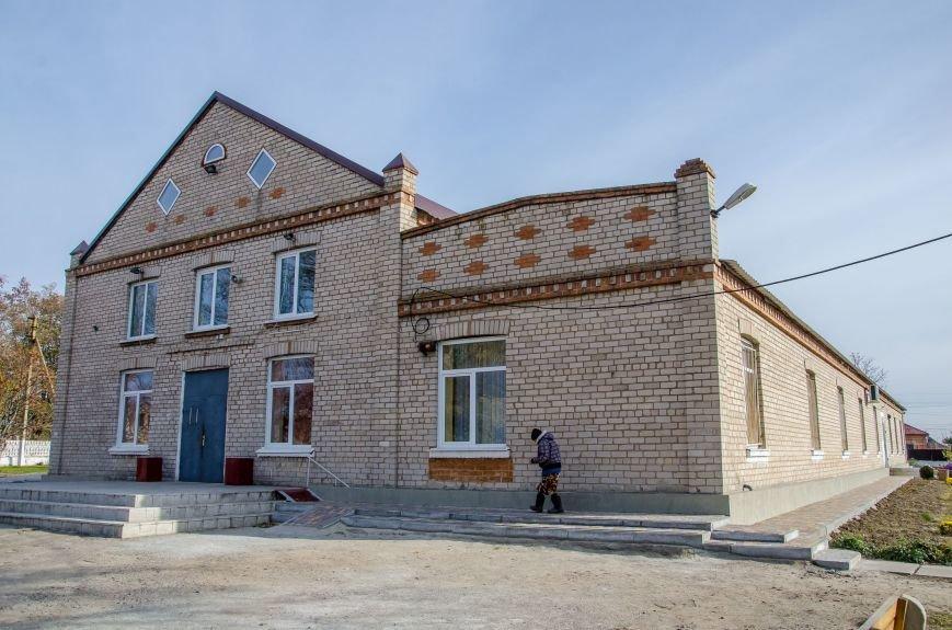4 Ремонтують будинок культури.