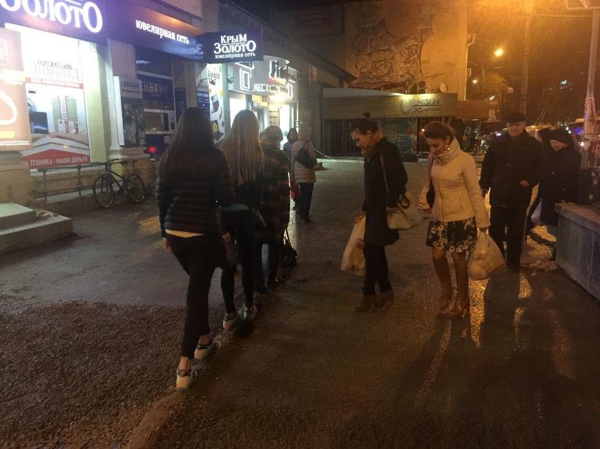 В центре Симферополя рабочие учат горожан «метко» прыгать, ходить на цыпочках (ФОТОФАКТ), фото-1