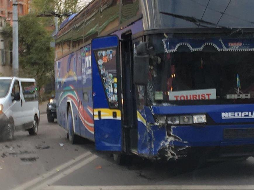 У Львові в аварію потрапив туристичний автобус (ФОТО), фото-1