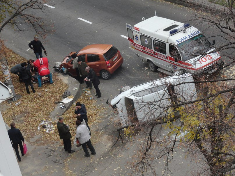 В Запорожье столкнулись две машины: одно авто перевернуто, велосипедистке ампутировали ногу, - ФОТО, фото-1