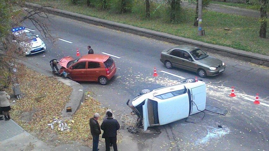 В Запорожье столкнулись две машины: одно авто перевернуто, велосипедистке ампутировали ногу, - ФОТО, фото-2
