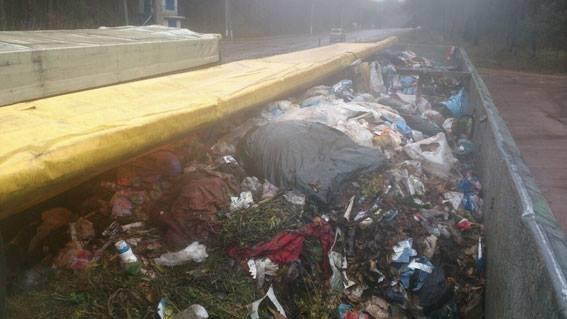Поліцейські не допустили ввезення на територію Сумщини двух фур зі сміттям (ФОТО), фото-1