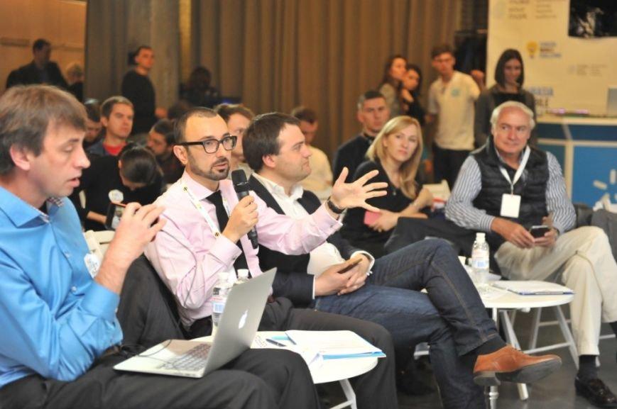 Эндрю Чахоян общается с участниками Eurasia Mobile Challenge