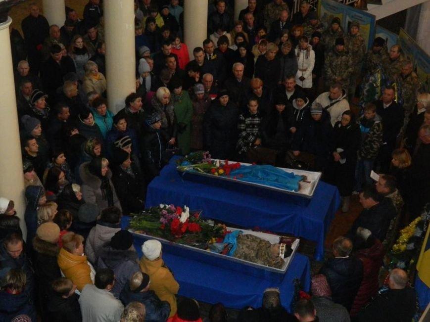 Новоград-волинці попрощалися з солдатами які загинули в зоні АТО під Маріуполем, фото-1