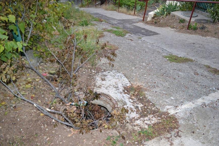 В Гаспре, чтобы не провалиться в люк рядом с домом, жители засыпали шахту мусором и ветками, фото-2