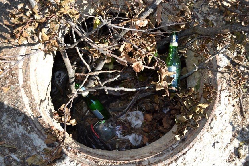 В Гаспре, чтобы не провалиться в люк рядом с домом, жители засыпали шахту мусором и ветками, фото-3