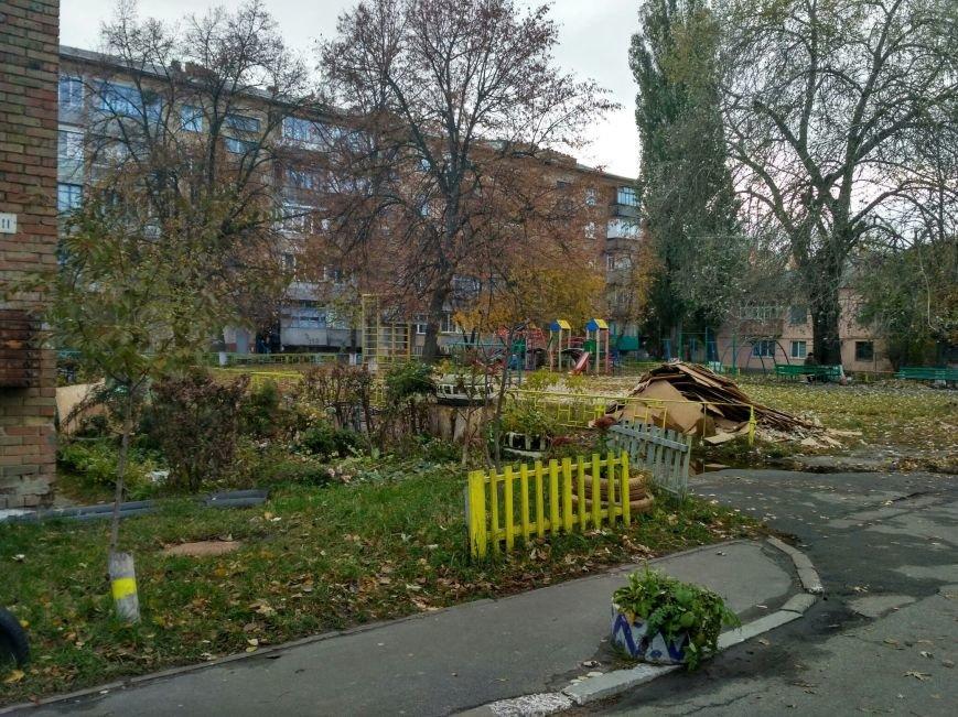 Мусорный курган посреди детской площадки, фото-1