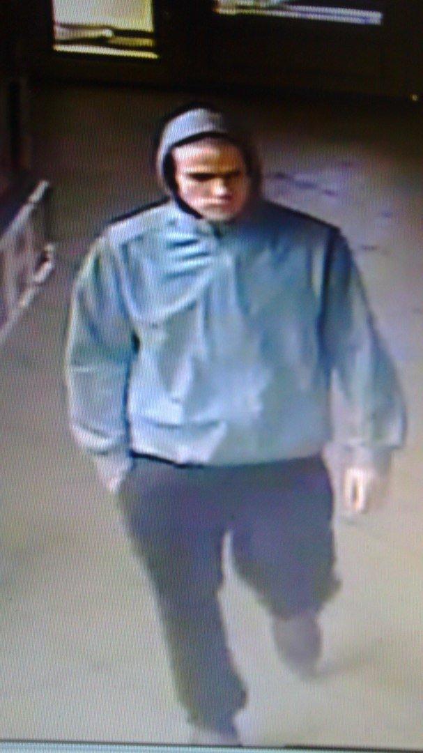 УВД Гродно обещает денежное вознаграждение за информацию о мужчине, который месяц назад украл бутылку водки в магазине (ВИДЕО), фото-1