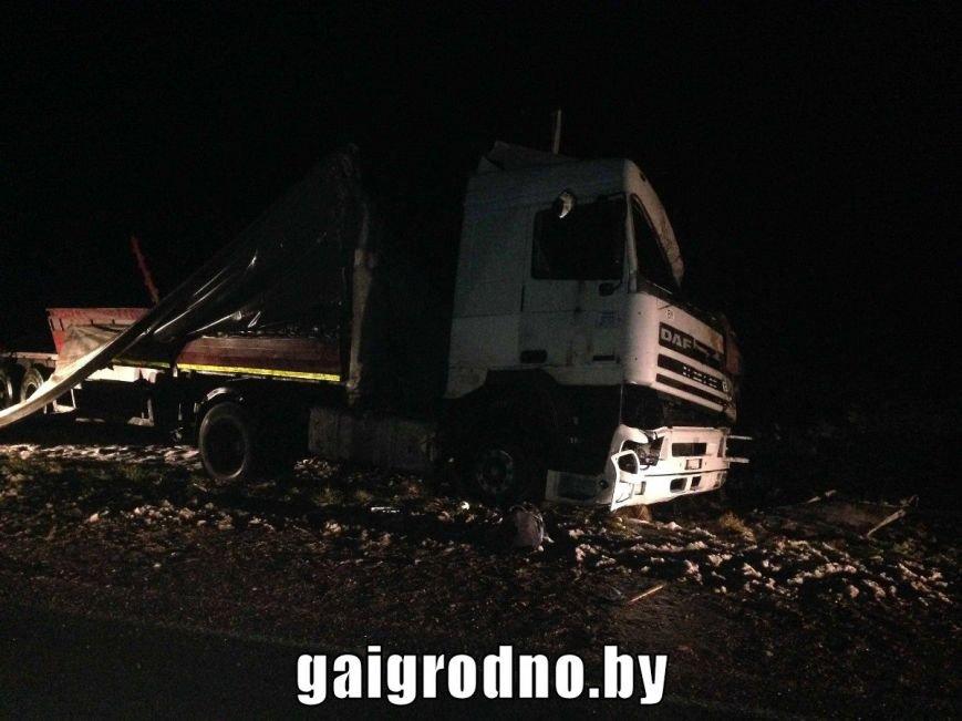 Рядом с Ошмянами погиб дальнобойщик: прицеп занесло на повороте, и фура перевернулась в кювет (UPD: добавлены фото), фото-4