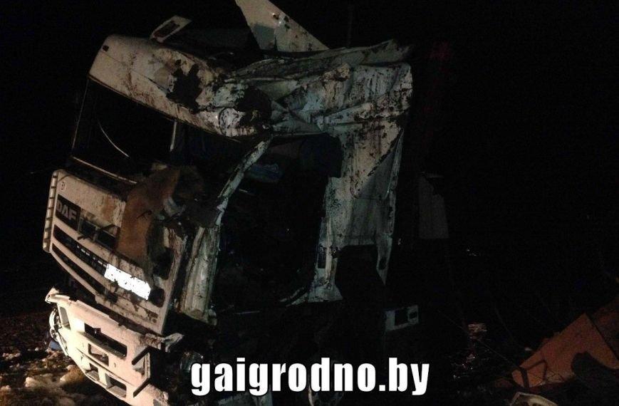 Рядом с Ошмянами погиб дальнобойщик: прицеп занесло на повороте, и фура перевернулась в кювет (UPD: добавлены фото), фото-1