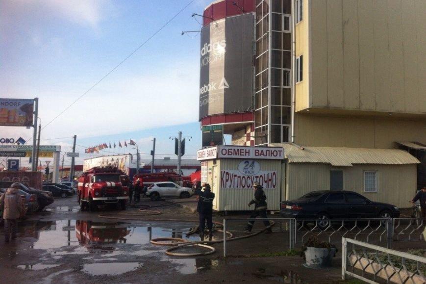 """На рынке """"Барабашово"""" пожар: из здания эвакуировали посетителей (ФОТО), фото-1"""